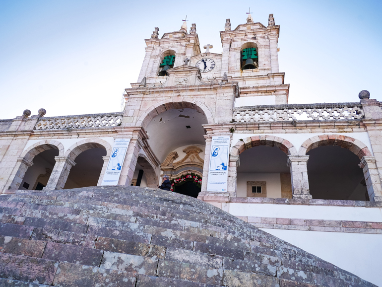Eine Wallfahrtskirche aus dem 18. Jahrhundert in Nazaré, Portugal.