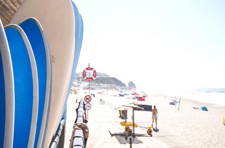 Surfbretter, im Hintergrund der Strand von Santa Cruz, Portugal.