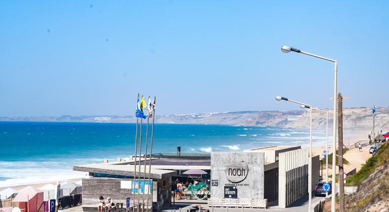 Blick aus Meer und Surf Houses in Santa Cruz, Portugal.