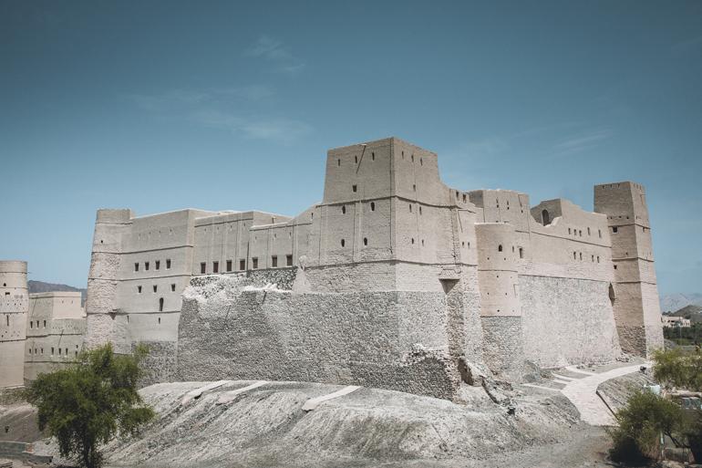 Oman Roadtrip; Reiseroute: Ein großes Gebäude das von Kies umgeben ist