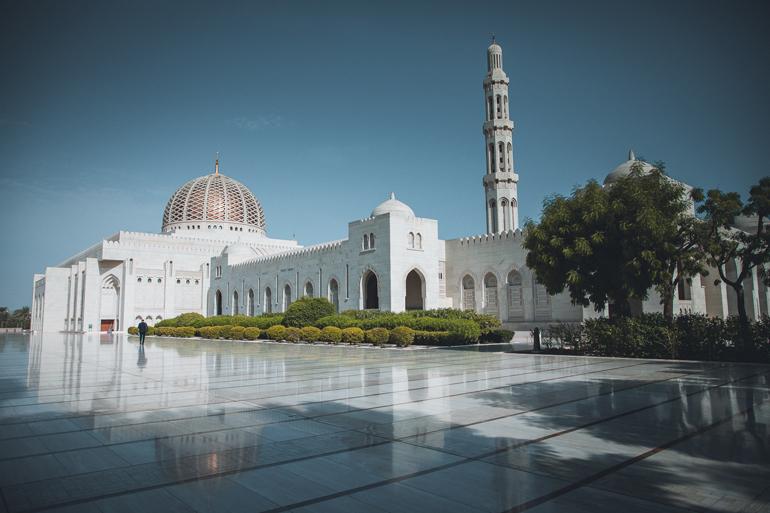 Roadtrip durch den Oman: Die Sultan-Qabus-Mosque von außen.