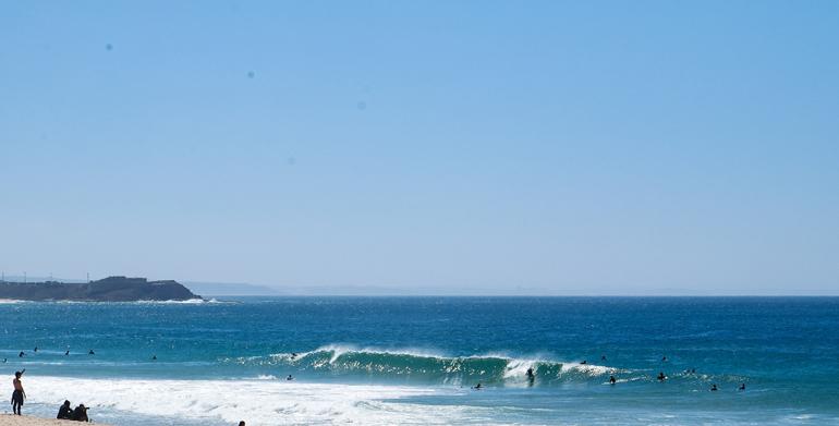 Eine Welle am Strand von Supertubos in Peniche, Portugal.