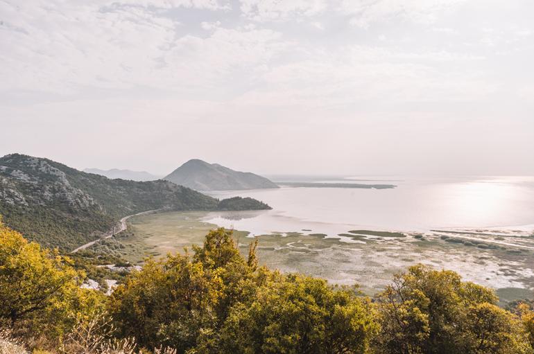 Reisetipps, Geheimtipps, Strand: Aussicht von oben auf die Berge und das Wasser.