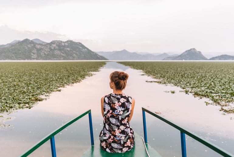 Reisetipps, Geheimtipps, Strand: Eine Frau sitz auf einem Boot und fährt durch einen Fluss.
