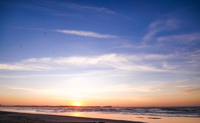 Sonnenuntergang am Surfer Strand von Peniche, Portugal.
