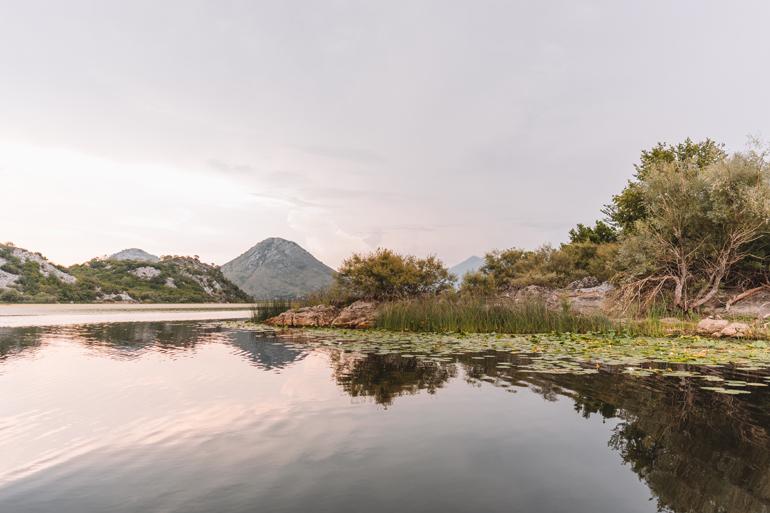 Reisetipps, Geheimtipps, Strand: Ein See der von Bergen umgeben ist.