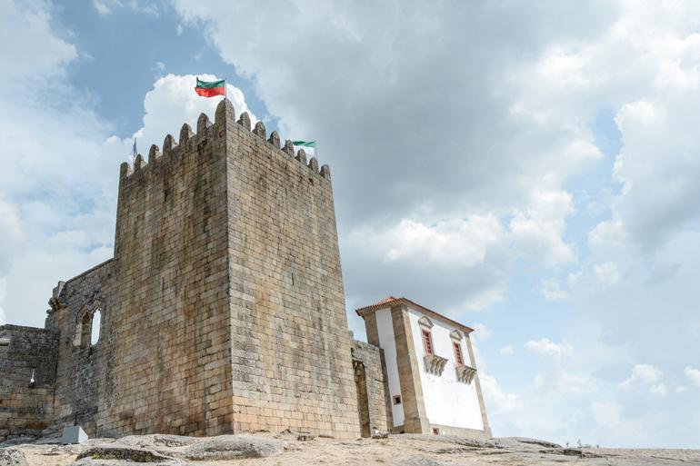 Eine Burg mit einem Turm.