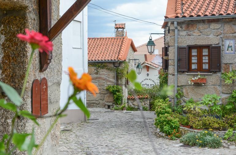Eine Straße mit vielen kleinen Häusern.