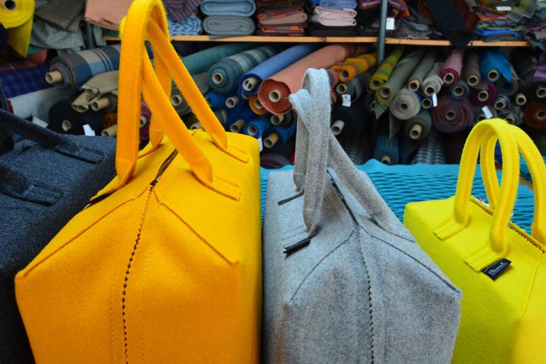 Eine gelbe und graue Tasche.