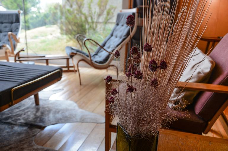 Ein Sessel vor einem Fenster mit einer Pflanze.