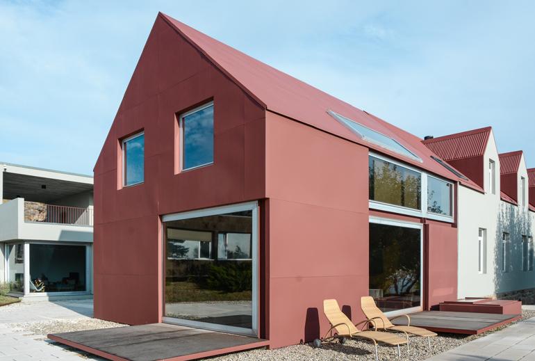 Ein rotes modernes Haus.