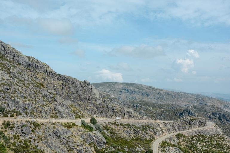 Eine Bergige Landschaft mit Straßen.