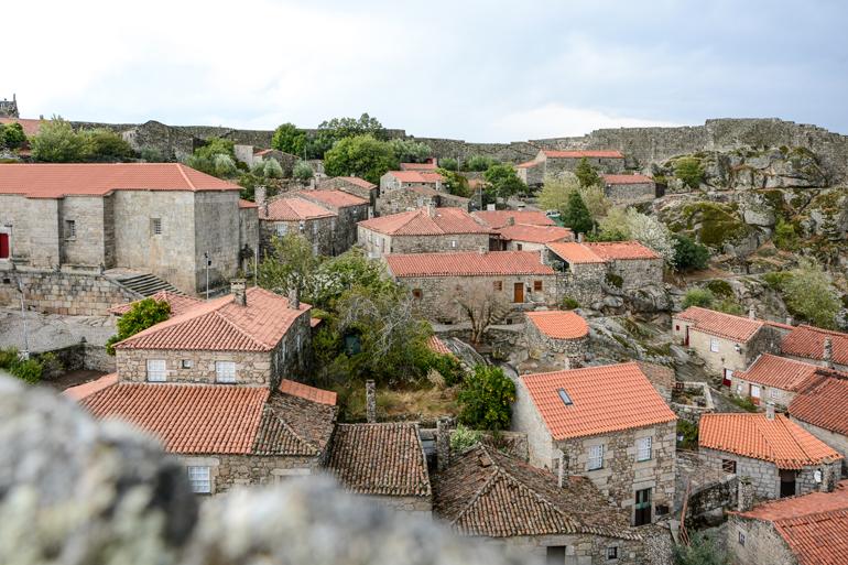 Aussicht von oben auf die Häuser mit roten Dächern.