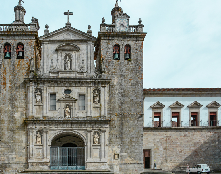 Ein alte Kirche mit zwei Türmen am Rand.