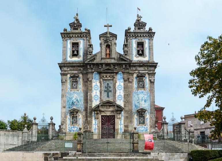 Porto Sehenswürdigkeiten: Eine Kirche von außen.