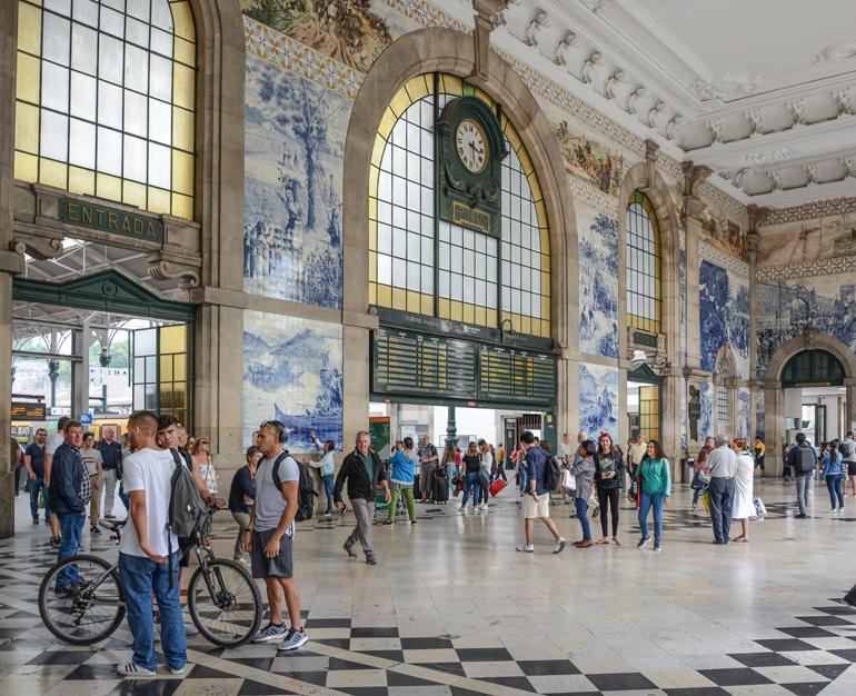 Porto Sehenswürdigkeiten: Die Ankunftshalle von einem Bahnhof.