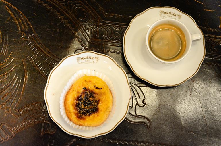 Porto Sehenswürdigkeiten: Ein Espresso und Gebäck stehen auf einem Tisch.
