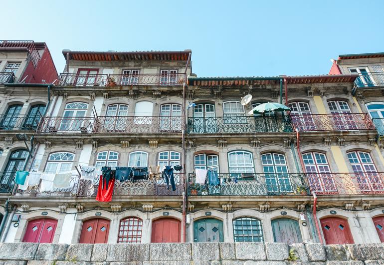 Porto Sehenswürdigkeiten: Ein Haus von unten mit vielen bunten Fenstern.