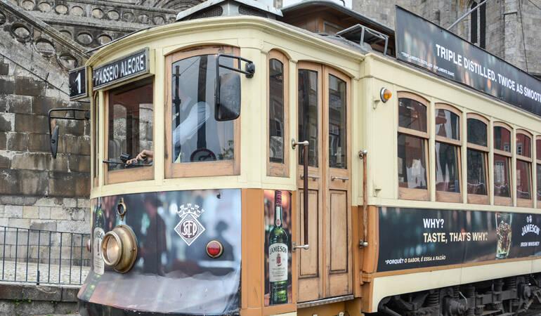 Porto Sehenswürdigkeiten: Eine Straßenbahn auf Schienen.