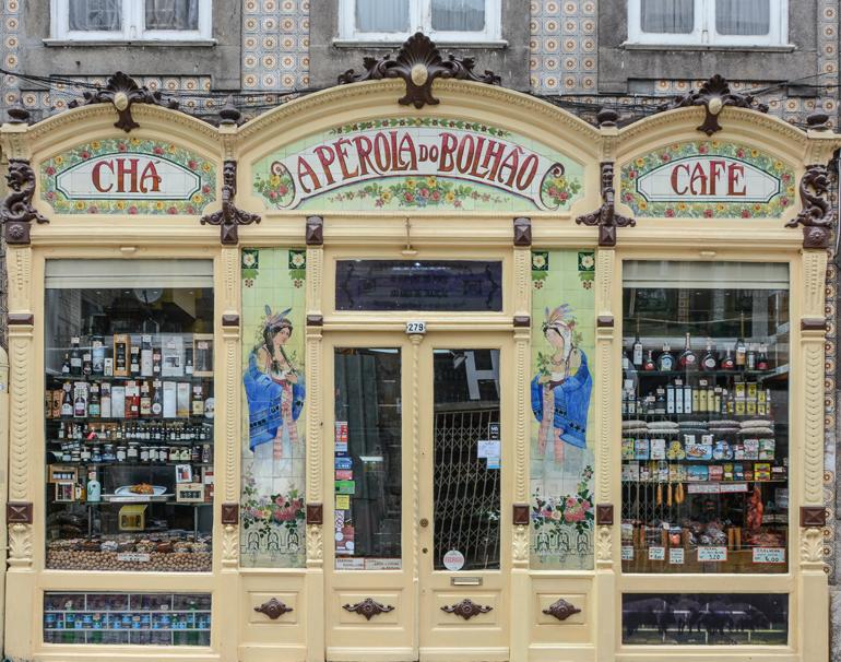 Porto Sehenswürdigkeiten: Ein Laden von außen mit einer gelben Versade.
