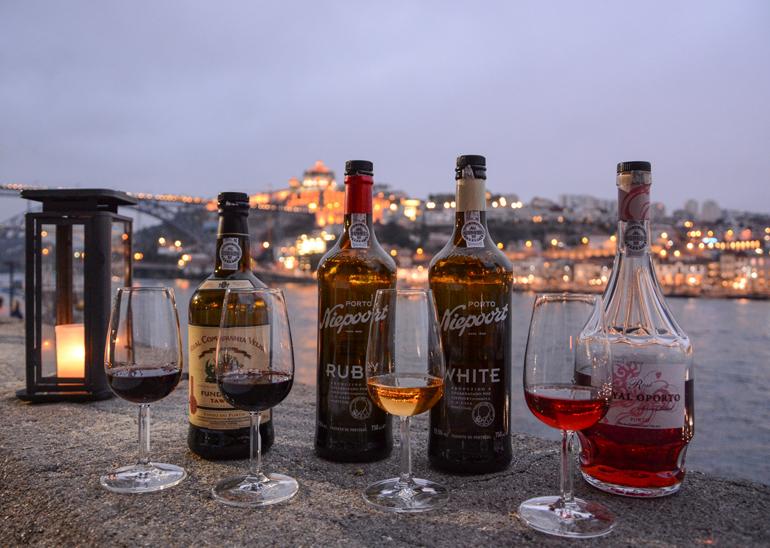 Porto Sehenswürdigkeiten: Es stehen Weingläser und Weinflasche auf einem Tisch.