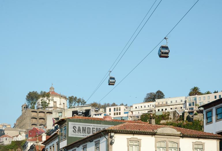 Porto Sehenswürdigkeiten: Eine Seilbahn die über den Häusern lang läuft.