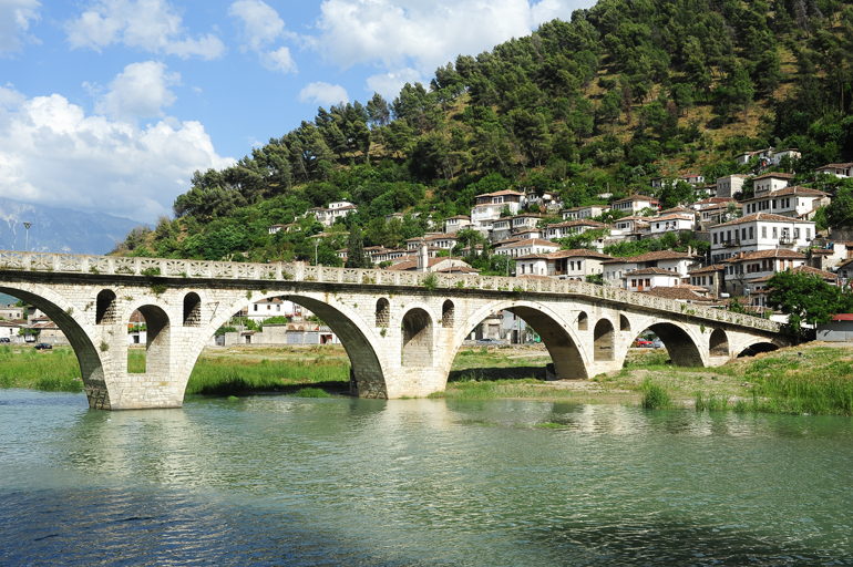 Steinbrücke über den Osum Fluss in Beran, Albanien