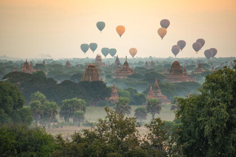 Heißluftballons über den antiken Pagoden in Bagan, Mandalay Region, Myanmar