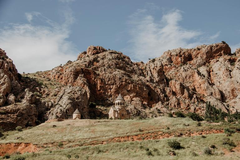 Eine Kirche vor einem Berg.