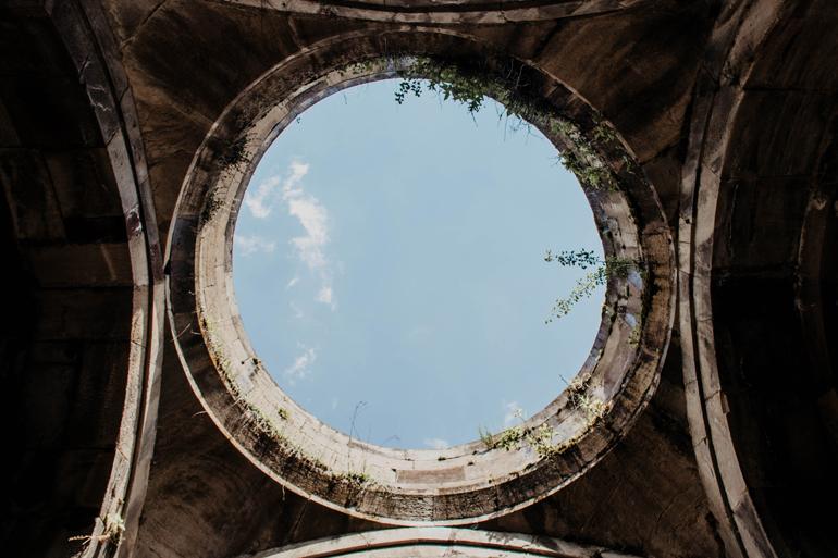 Ein Kreis in der Decke durch den man den Himmel sieht.