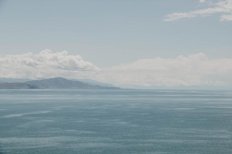 Das Meer mit Bergen im Hintergrund.