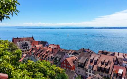 Hinter malerischen Altbauten in Meersburg, Deutschland fällt der Blick auf den Bodensee.