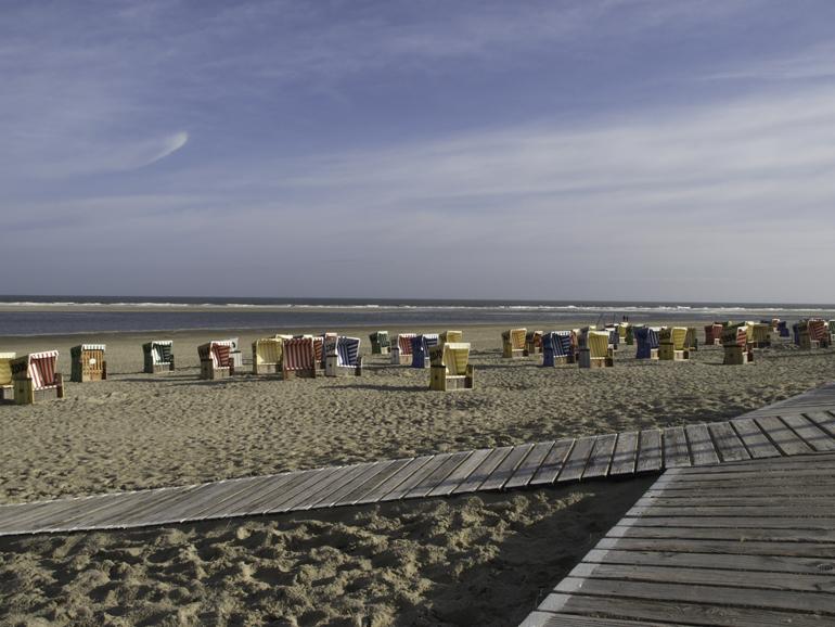 Ein Strand mit vielen Strandkörben.