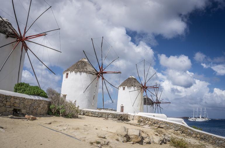 Drei Windmühlen stehen auf einem Hügel