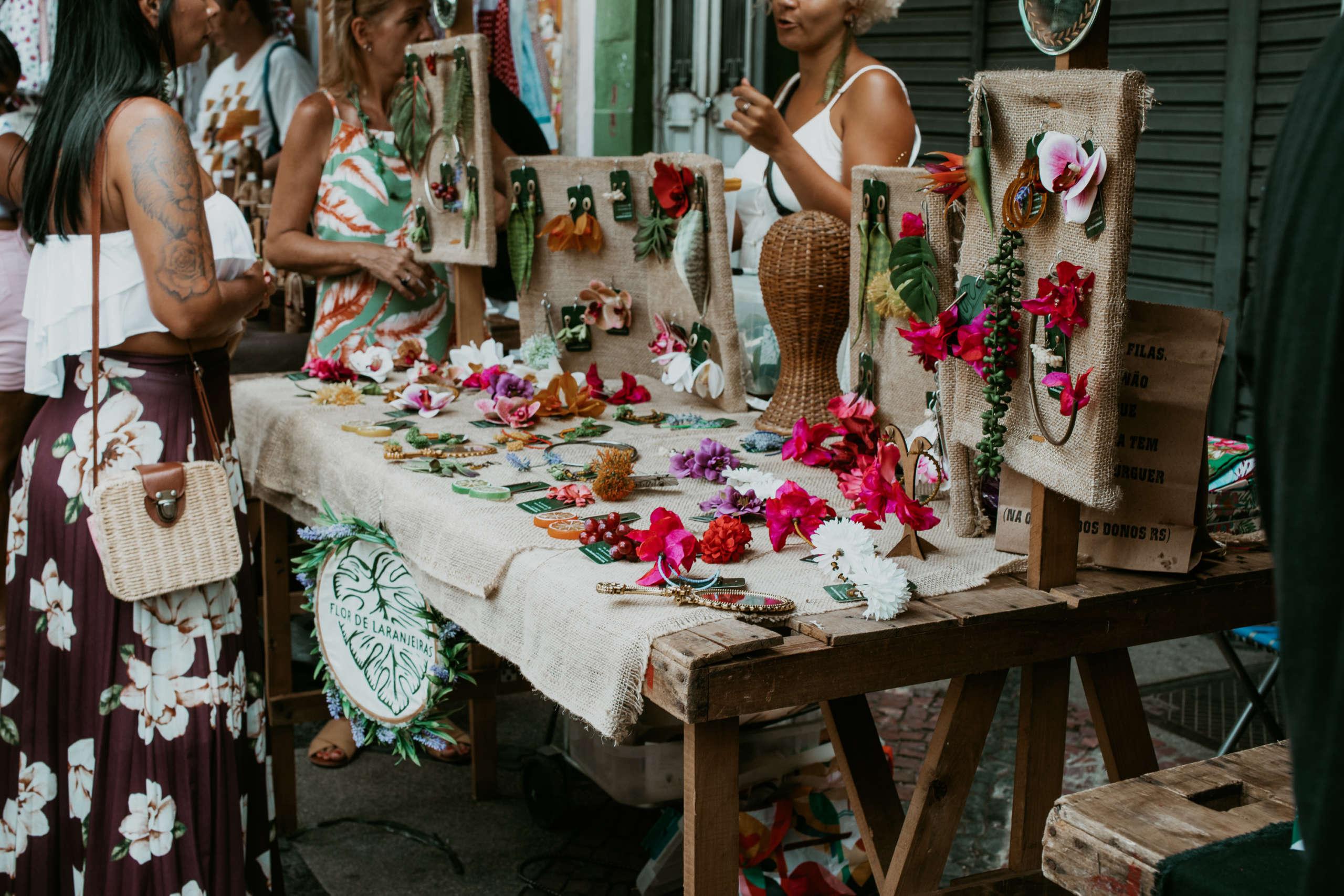 Blumenschmuck der auf einem Markt verkauft wird.