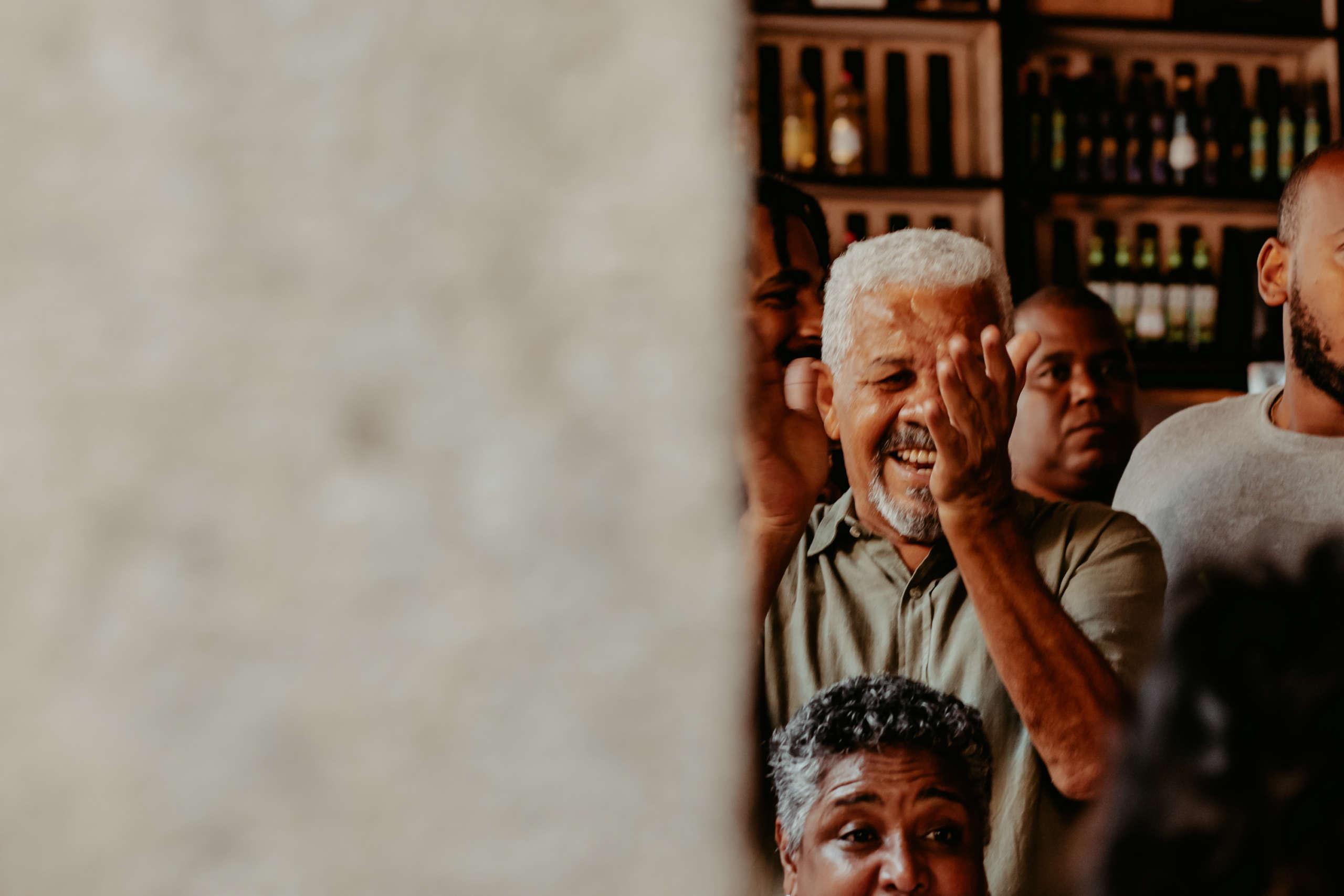 Ein alte Mann der fröhlich lacht.