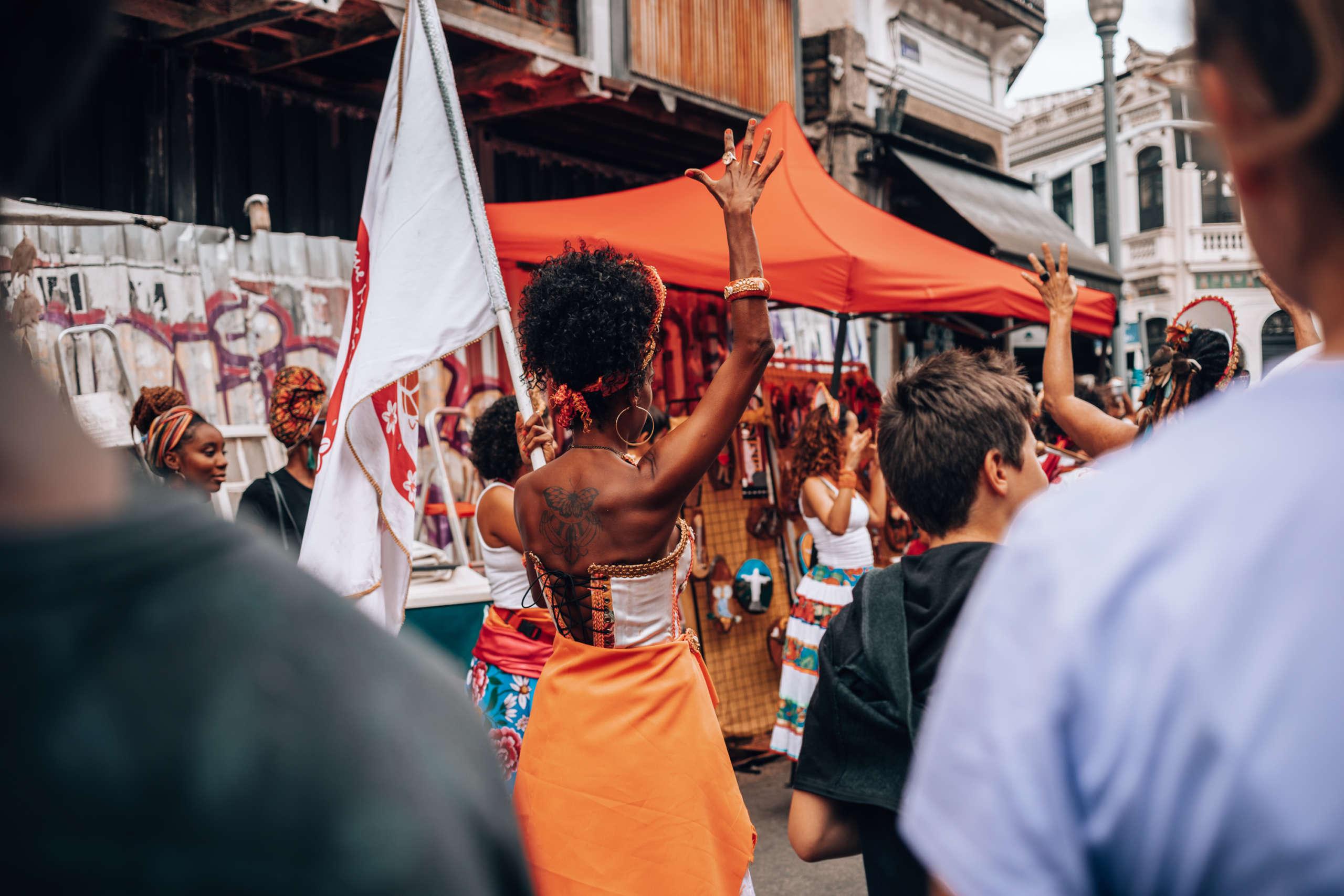 Eine Frau die eine Fahne in der Hand hält.