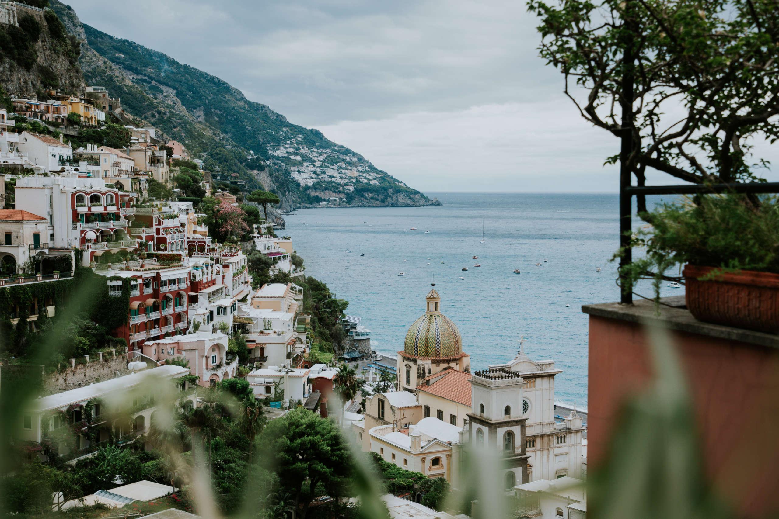 Aussicht auf die Häuser in den Bergen und das Meer.