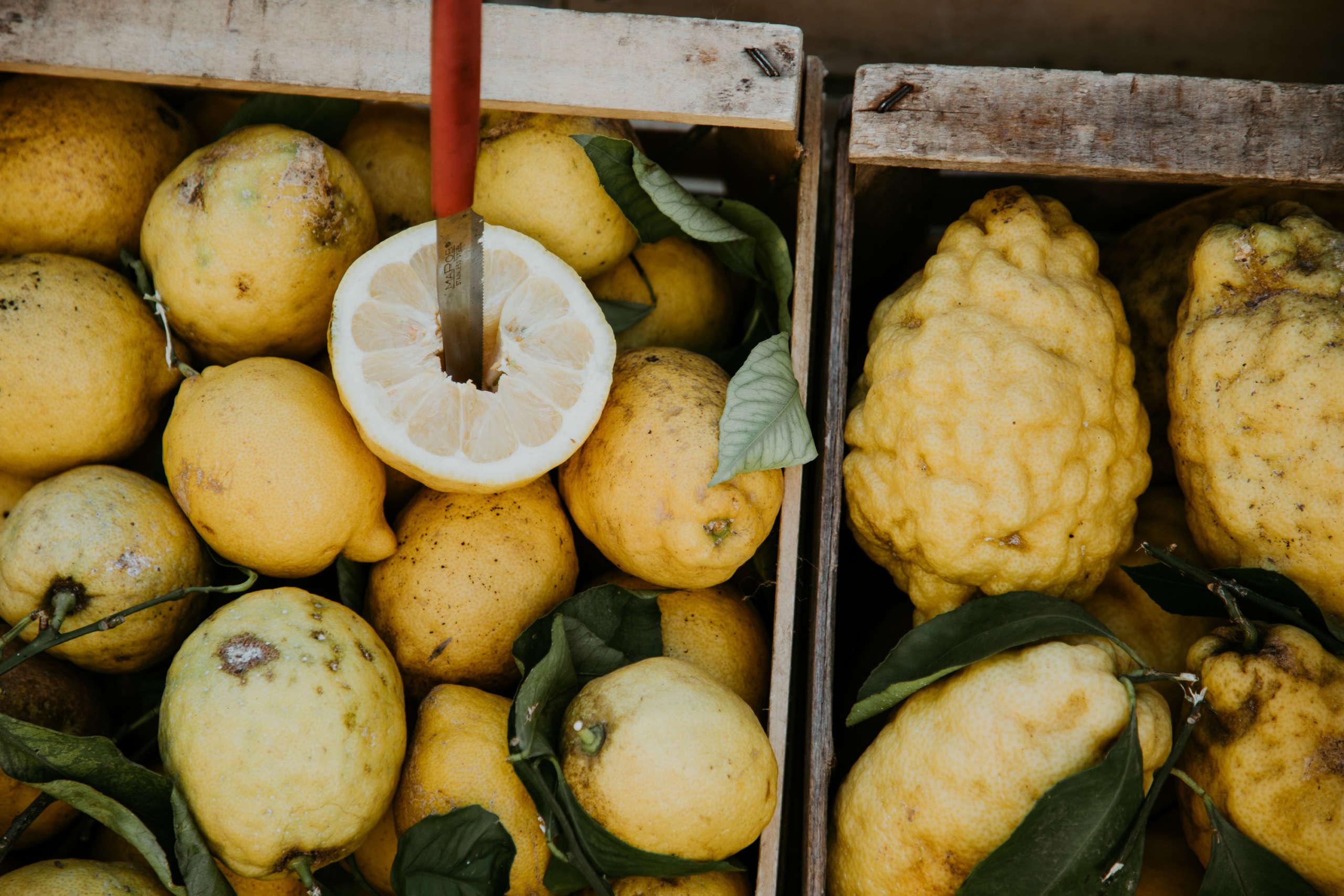 Zitronen die in einem Korb liegen.