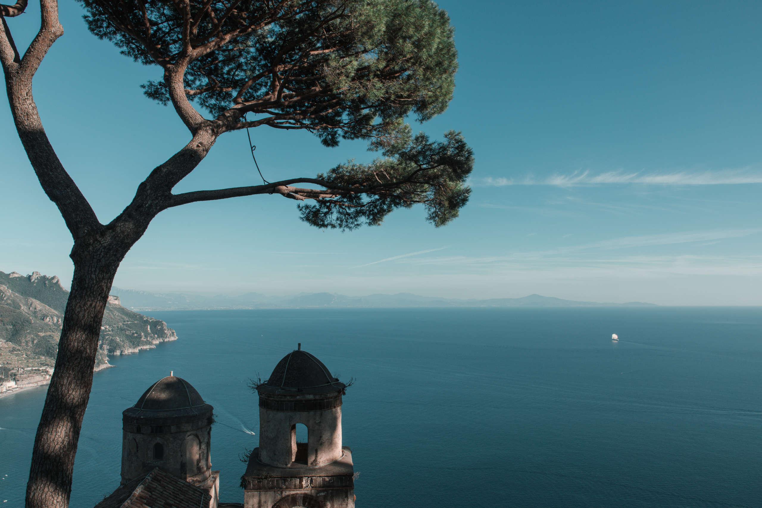 Aussicht von oben auf das blaue Meer.