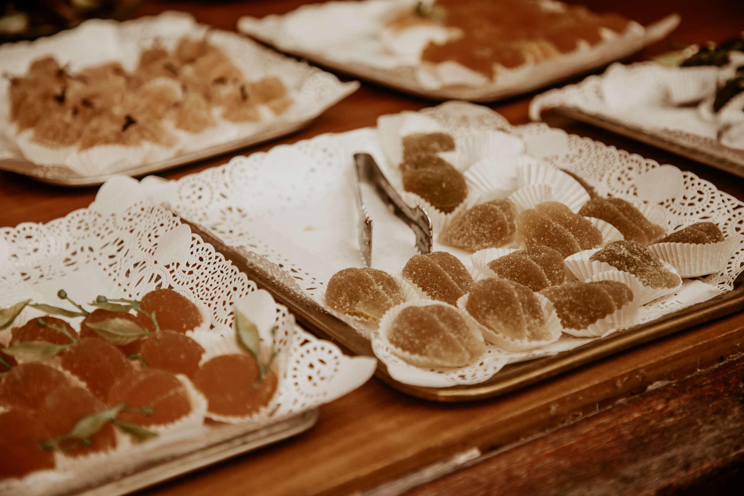 Süßspeisen die auf Teller liegen.