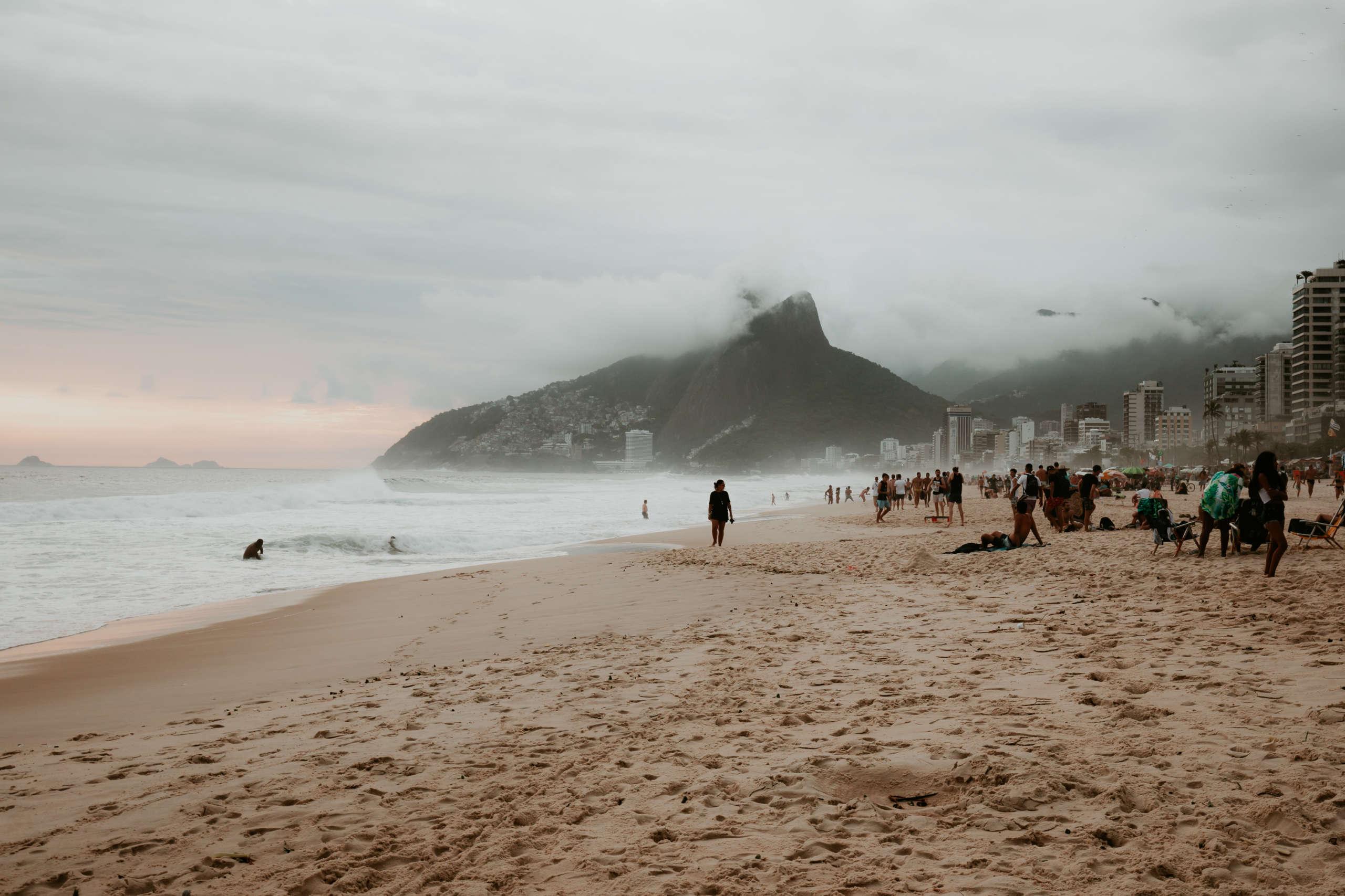 Ein Strand mit Häusern am Rand.
