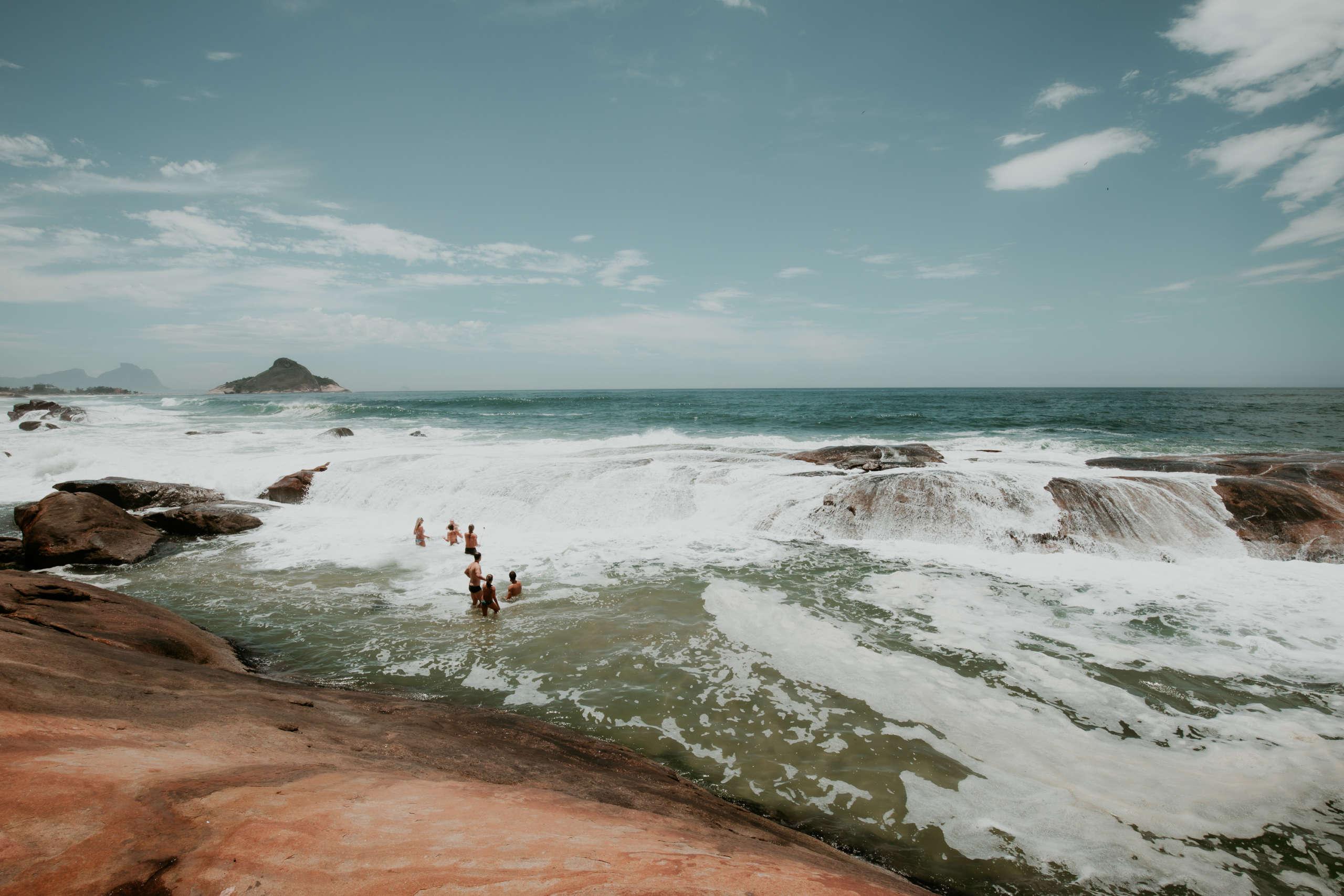 Felsen die aus dem Meer hinaus schauen.
