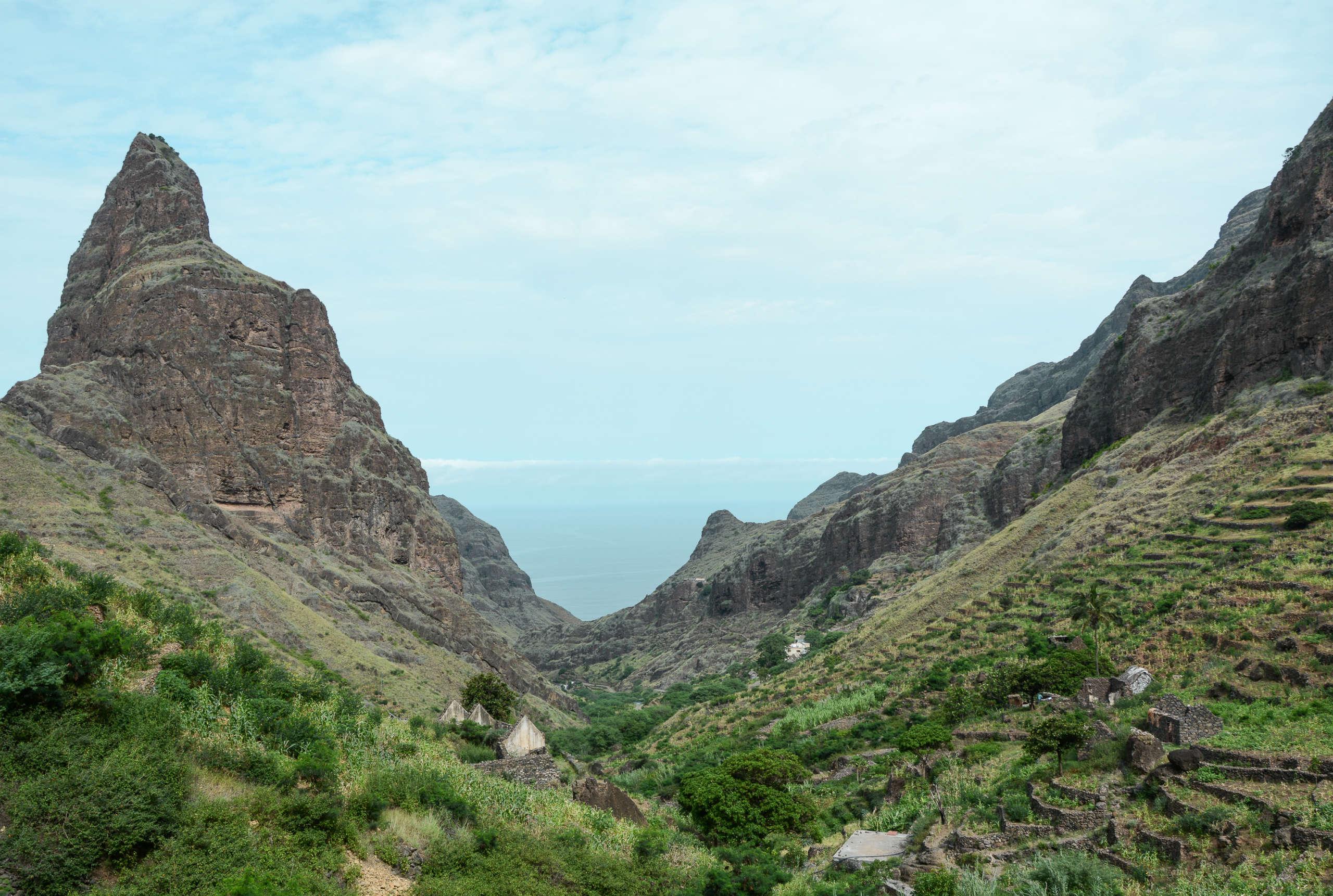 Bei einer Küstenwanderung auf Santo Antao auf den Kapverden kann man zwischen den Berggipfeln immer wieder das Meer sehen.