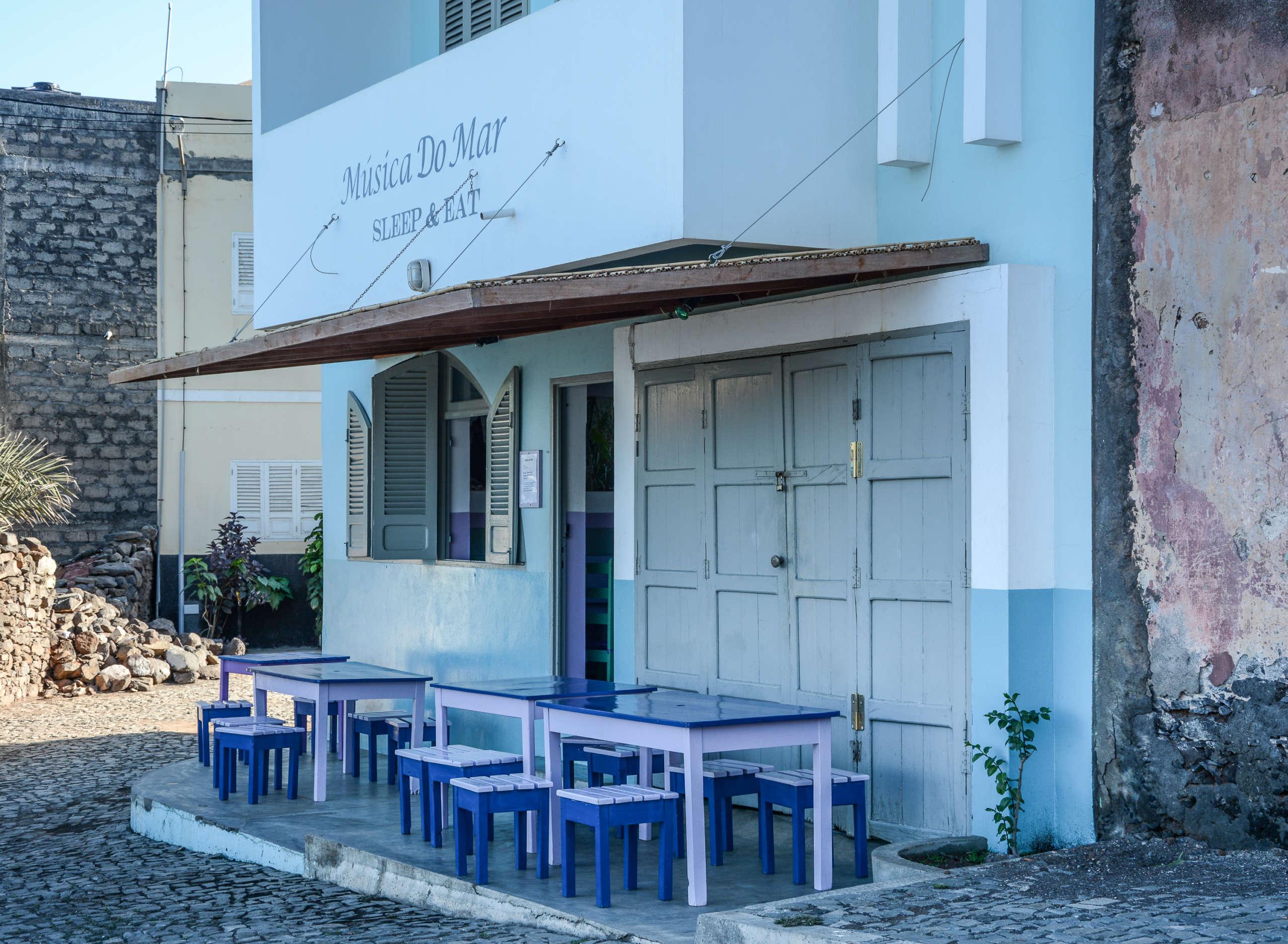 In dem in blau getünchtem Lokal Musica do Mar im Herzen von Ponta do Sol auf den Kapverden ist man nur unweit vom Meer entfernt.