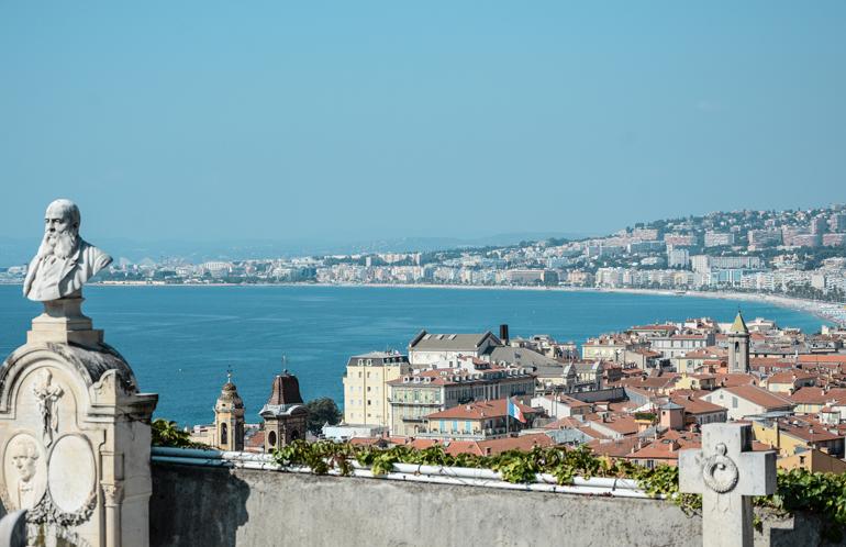 Aussicht auf die Stadt und das Meer von oben.