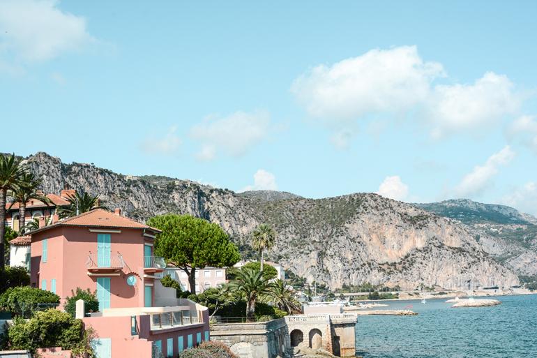 Küste mit einem Haus und dem Meer.