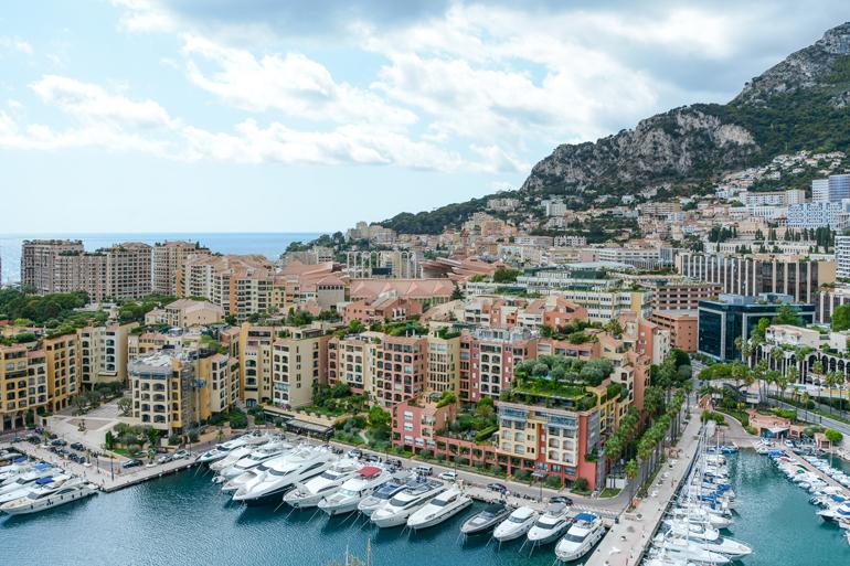 Monte Carlo von oben mit den Häusern und dem Hafen.
