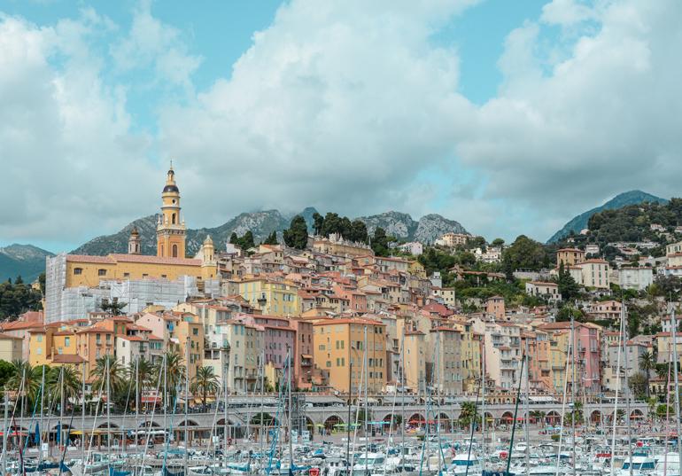 Eine Stadt vom Wasser: Mit vielen Bunten Häusern und dem Hafen.