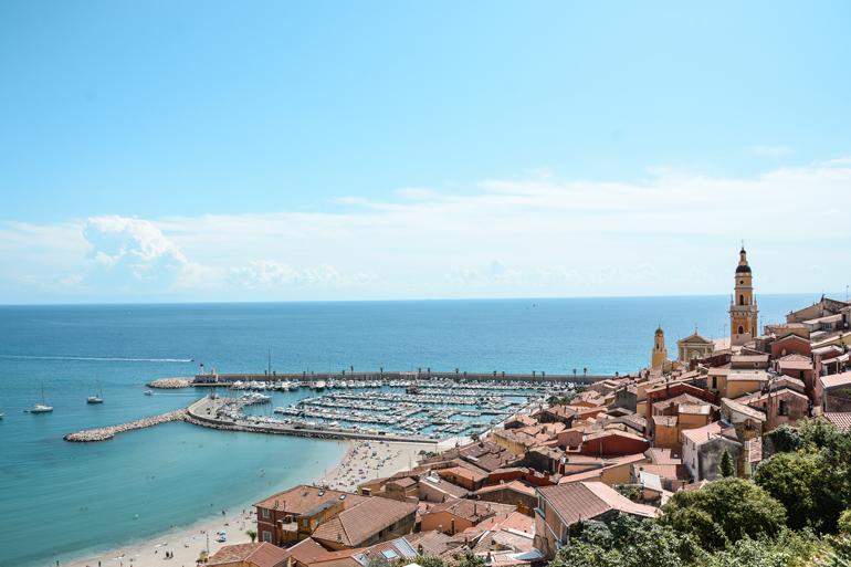 Von oben sieht man auf die Stadt den Hafen und das Meer.